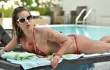 名模詹妮佛·李海邊晒日光浴,她看起來十分有型