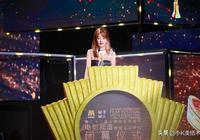 趙薇亮相上影閉幕式,印花連衣裙搭披肩發,優雅減齡氣質很出眾