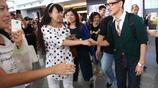 張學友獨自現身機場顯低調 獲粉絲熱情握手笑容滿面