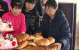 實拍內蒙古12週歲圓鎖宴風俗,蛋糕從頭頂戴下,長輩打開長命鎖