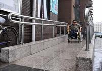 無障礙設施大都成了擺設!張海迪坐地鐵是被抬下去的