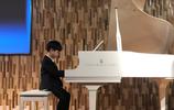 胡可分享安吉彈鋼琴近照,西裝革履太帥了,網友:小王子棒極了