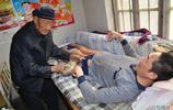 高位截癱男子躺在床上繡出巨幅十字繡,無償捐給福利機構回報社會