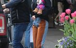 吉吉·哈迪德現身紐約街頭,黑色衛衣搭配拼接牛仔褲,時尚休閒