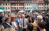 凱特王妃穿著Jenny Packham設計的黃色提花連衣裙跟威廉王子訪問了德國癌症研究中心