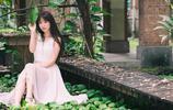 小智圖說-笑容甜美面部有的胖胖的氣質美女穿粉色長裙在室外散心