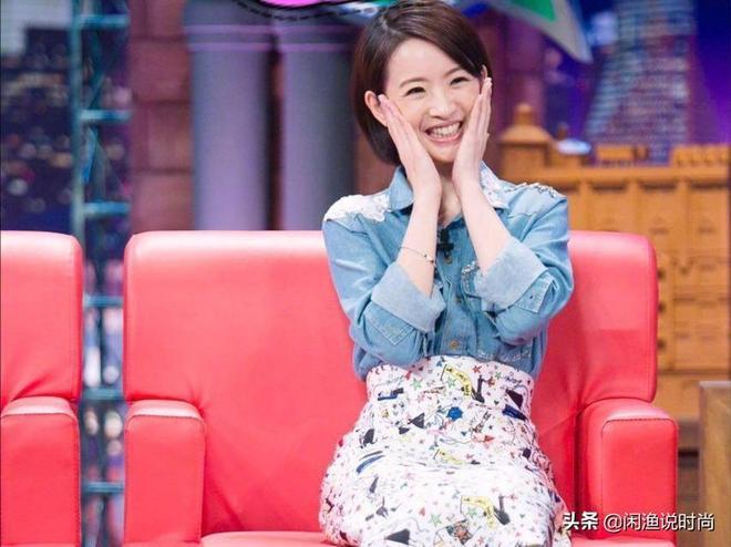 林依晨無懼年齡大笑自拍,穿淺藍色襯衫似少女,甜美滿分