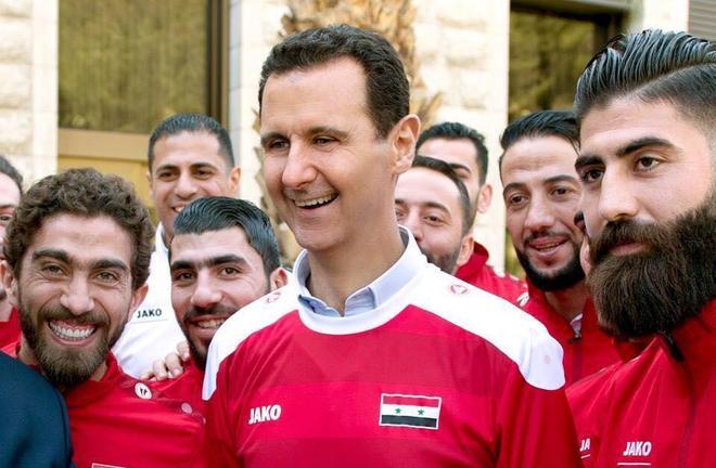 阿薩德穿上足球隊服,感謝困境中為人們帶來歡樂的運動員