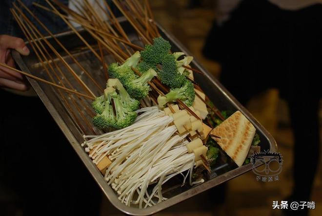 小城市4人吃3毛串串花了88元,這價格在大城市絕對沒有,太便宜了