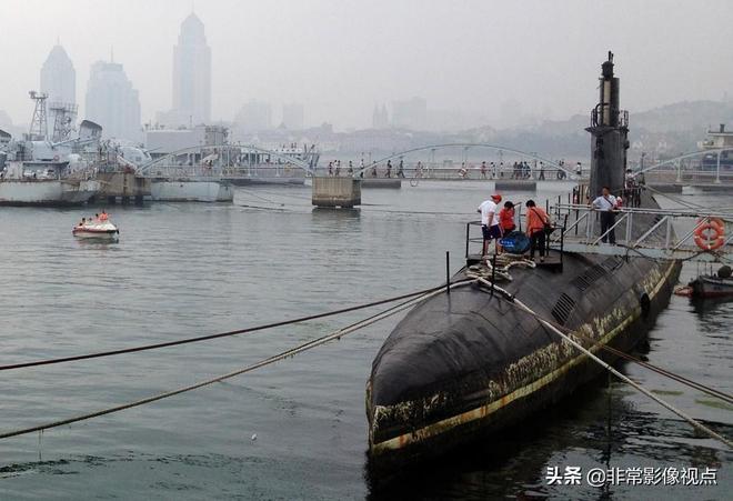 實拍海軍博物館海上展艦區,遊人可以進潛艇登軍艦甲板參觀