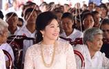 鏡頭下:泰國前總理英拉一身白裙 民眾直呼美麗優雅緊抱其合照