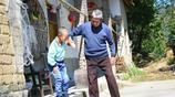 20歲小夥身高1.1米,父親去世母親改嫁,爺爺怕老了沒人照顧孫子