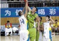 腳不離地照樣抓筐!2大中國巨人上榜,2米21博班站著扣歪籃筐