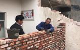 農村大伯在建築隊上幹活,一天能掙多少錢?大伯說完你覺得值嗎?