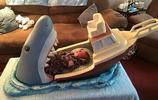 """英男子為侄兒設計""""大白鯊""""嬰兒床,大白鯊活吞嬰兒場景惟妙惟肖"""