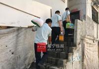 咸寧七旬婆婆因家庭困難佔道賣菜 城管上門排憂