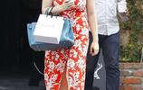 女星西蒙斯素顏出街被拍,身穿印花裙大秀無暇好肌膚!