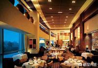 飯店的廚師說飯店經常把客人吃剩的菜,再湊一盤賣給下一桌客人,你認為這是真的嗎?