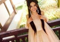又被溫碧霞驚豔到了,穿鵝黃色吊帶裙嫩成少女,感覺只有30歲
