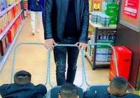 寶爸帶孩子逛超市,一帶三的神操作引人注目,未免太有才了吧