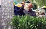 80歲的老人每天挑糞種菜 天不亮進城賣菜 說上學的孫子要花錢
