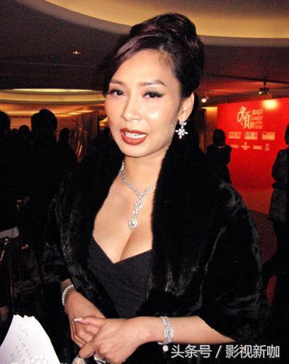 最美港姐鄺美雲近照,54歲風韻猶存,只是輪椅代步讓人心痛!
