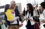 47歲張庭全家現身機場,孕肚明顯疑似懷上三胎,丈夫老得像她父親