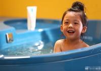 泡芙媽分享泡芙洗澡大片 小泡芙笑容燦爛一臉純真
