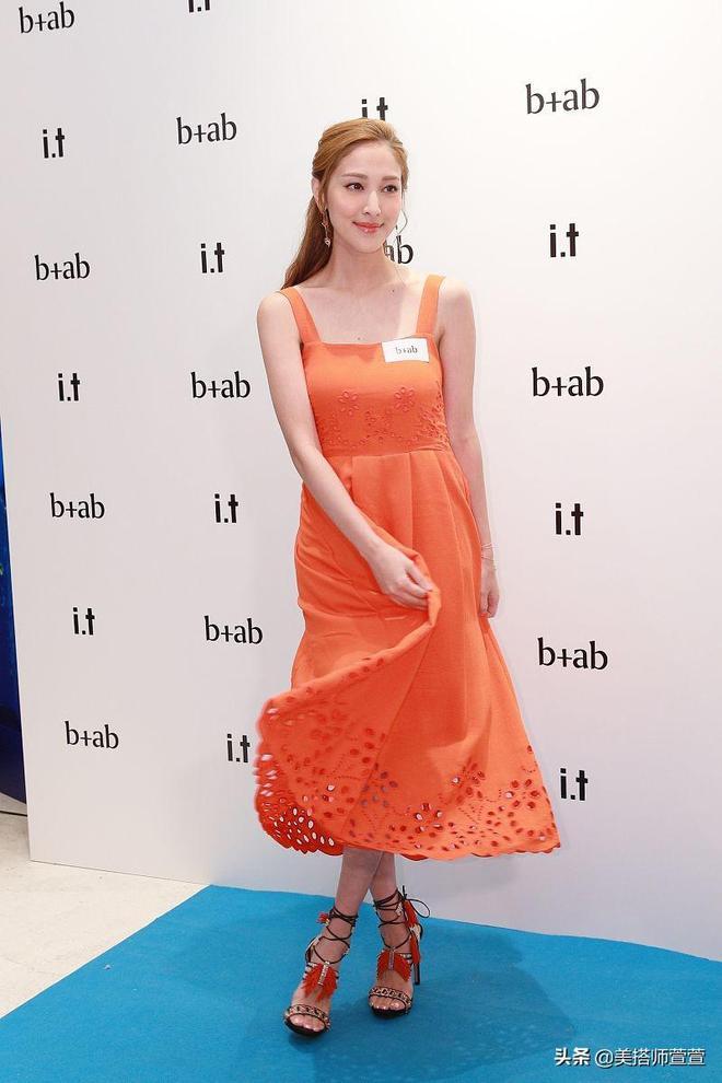 辣媽陳凱琳穿橙裙化橙色眼妝吸睛有活力,捂臉轉裙襬似嬌羞少女