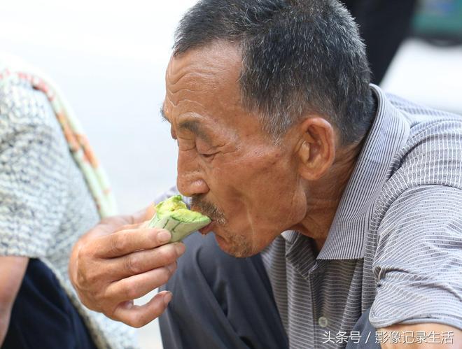 實在山東大哥農村大集賣稀罕瓜,7毛5一斤免費嘗,大哥說是一家人