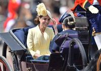 女王孫女穿對衣服驚豔了!坐馬車上美成仙女,裙子還是向嬸嬸借的