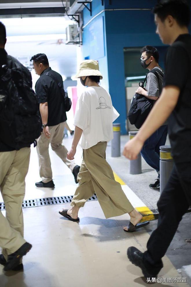 華晨宇踩涼拖現身隨性不失文藝範,戴漁夫帽黑口罩全程不見眼