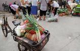 這裡擠滿了人,農村夫妻2人開車跑50公里拉6000斤西瓜來城裡集市上賣5毛錢1斤2小時賣完