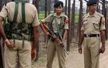 實拍:中印邊境線上的兩國士兵,印度女兵與解放軍親切握手!