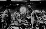 二戰歷史照片 海軍陸戰師的一名士兵手持湯普森衝鋒槍戰鬥沖繩島