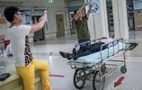 直擊深夜急診室的幕幕場景,親人細心照料,朋友卻忙拍照發朋友圈
