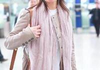 48歲閆妮機場被拍,人胖了太多,女兒已經21歲了,長相隨媽更漂亮