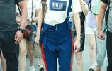 又酷又帥!李宇春黑超遮面獲迷妹跟拍 白T配藍揹帶褲顯大長腿