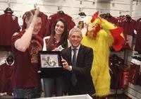 都靈獎勵貝羅蒂水晶公雞,紅貝貝樂開懷