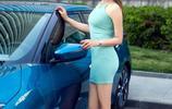一襲藍色長裙的美女,搭配湖藍色藍鳥,成為街上最靚麗的風景