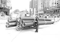 三輪車運8米管影響安全 被邵武公安大隊查處