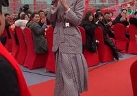 劉濤在春晚的彩排上穿了高跟鞋格子西裝,演員就是專業