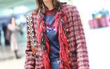 藍盈瑩時尚格子外套搭配高腰闊腳褲秀長腿 網友:眼鏡能看到路嗎