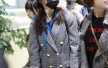 機場街拍:吳謹言現身上海機場,藍色衛衣搭配格子衫穿出別樣時尚