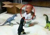 爸爸為了不讓兒子亂跑,想出了這一招,網友:寶寶會恨你的!