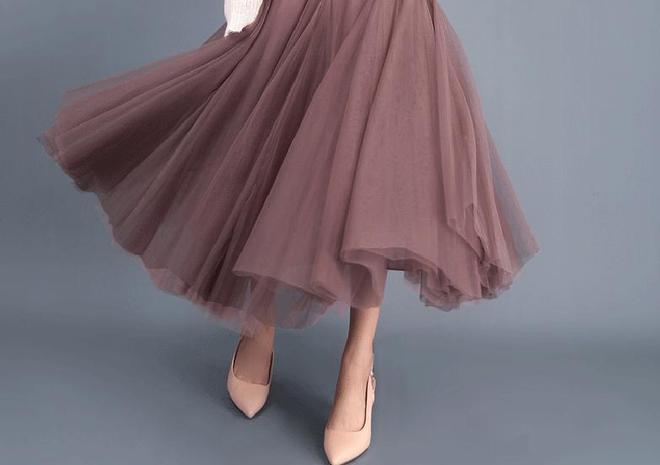 """19年又火了一種裙:""""百褶裙"""",搭配毛毛鞋穿,洋氣減齡好美嫩"""