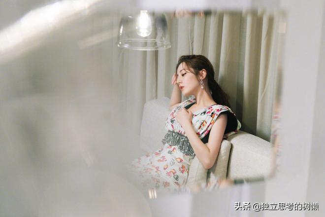 迪麗熱巴身著LV2019早秋印花連衣裙出席VOGUEMe  party甜美少女