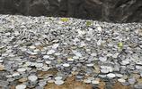 遊客爬山熱衷扔硬幣祈福,5A級景區浮雕下堆積如山,網友稱可笑
