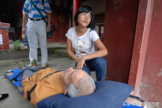 13年前老僧人撿來女棄嬰,如今摔傷,女孩兒想以此方式來報答