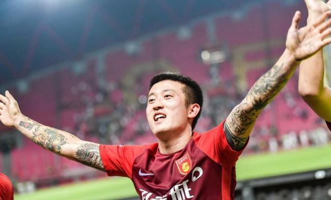 中超第17輪河北華夏幸福戰勝申花,華夏球員與球迷一起慶祝勝利